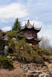 Asiatisk arkitekturbyggnad i den kinesiska trädgården arkivbild