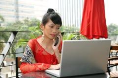 asiatisk attraktiv flickatelefon royaltyfria bilder