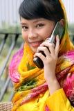 asiatisk attraktiv flickatelefon royaltyfri fotografi