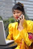asiatisk attraktiv kallande flicka royaltyfri fotografi