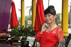 asiatisk attraktiv kallande flicka arkivfoto