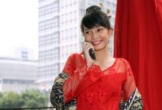 asiatisk attraktiv kallande flicka Arkivbilder