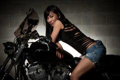asiatisk attraktiv kvinna för motorcykelridningthirties Arkivfoton