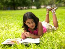 asiatisk avläsning för bokflickapark Royaltyfria Bilder