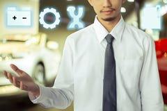 Asiatisk bärande dräkt för affärsman med bilen arkivfoto