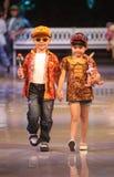 Asiatisk barnmodell på modeshowlandningsbanan royaltyfria foton