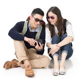 Asiatisk barnparresande och användamobiltelefon royaltyfria foton