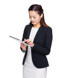 Asiatisk blick för affärskvinna på den digitala minnestavlan Royaltyfri Fotografi