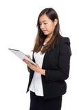 Asiatisk blick för affärskvinna på den digitala minnestavlan Royaltyfria Foton