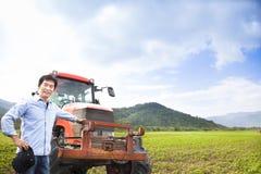 Asiatisk bonde med den gammala traktoren Royaltyfria Foton