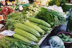Asiatisk bondemarknad som säljer nya grönsaker Royaltyfri Bild