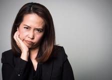Asiatisk borrningframsida för vuxen kvinna Stående av affärskvinnor i bla arkivfoton