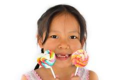 Asiatisk bruten tandflicka och stor lollypop Fotografering för Bildbyråer