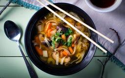 Asiatisk bunke för nudelgrönsaksoppa Arkivfoton