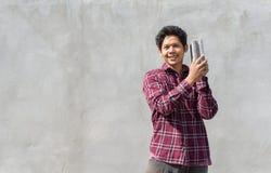 Asiatisk byggmästareman som rymmer konkreta kvarter Royaltyfri Bild