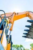 Asiatisk byggnadsarbetare på skyffelgrävskopan Royaltyfria Bilder