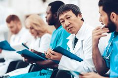 Asiatisk doktor Camera Staring During föreläsningen royaltyfri fotografi