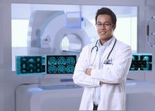 Asiatisk doktor i MRI-rum på sjukhuset arkivfoton