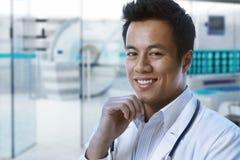 Asiatisk doktor i rum för sjukhus MRI Arkivbilder