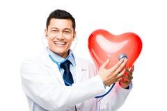 Asiatisk doktor som lyssnar till hjärtslaget  Arkivbilder