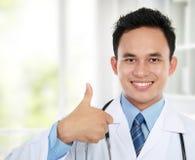 Asiatisk doktor som okay visar gest royaltyfri foto
