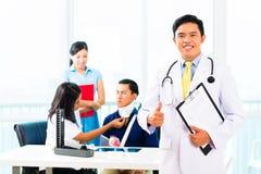 Asiatisk doktorskontroll-upp på patient Arkivfoto
