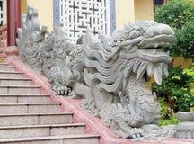 Asiatisk drakeskulpturvakt på tempelingången Arkivfoton