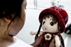 Asiatisk ensam flicka med ledsen gest för docka Pennalism och isolering Fotografering för Bildbyråer