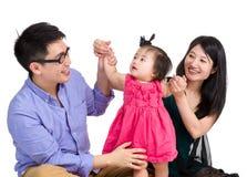 Asiatisk förälderlek med behandla som ett barn dottern arkivfoto