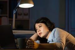 Asiatisk för affärskvinna sömnig funktionsduglig för övertid natt sent - royaltyfri bild