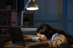 Asiatisk för affärskvinna sömnig funktionsduglig för övertid natt sent - royaltyfria foton