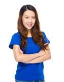 Asiatisk för ståendekors för ung kvinna arm Arkivbild