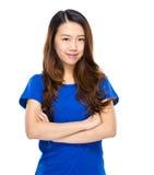 Asiatisk för ståendekors för ung kvinna arm Royaltyfria Foton