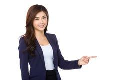 Asiatisk företags tjänsteman med fingerpunkt ut Royaltyfri Bild
