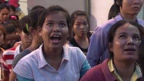 Asiatisk fabrik för plaggbransch: Folkmassa av arbetare som lämnar slutet av dagen stock video