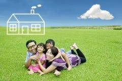 Asiatisk familj med det dröm- huset Arkivfoto