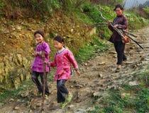 Asiatisk familj, moder och två döttrar, systrar, på bergtra Royaltyfri Bild