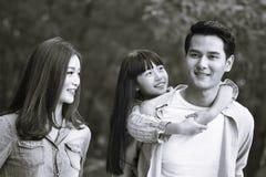 Asiatisk familj på en fotvandra tur arkivbilder
