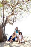 Asiatisk familj på stranden Arkivfoto