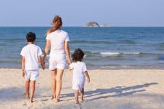 Asiatisk familj på stranden Royaltyfri Bild