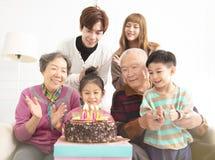 asiatisk familj som firar barns födelsedag royaltyfria foton