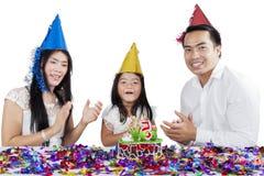 Asiatisk familj som firar en födelsedag på studio royaltyfri bild
