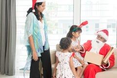 Asiatisk familj som firar juldag Fotografering för Bildbyråer