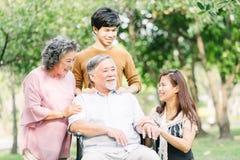 Asiatisk familj som har en utomhus- bra tid tillsammans arkivbild