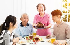 Asiatisk familj som har matställen tillsammans Royaltyfria Foton