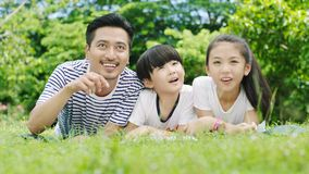 Asiatisk familj som ser upp Royaltyfri Fotografi