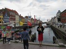 Asiatisk familj som slår en posera i Köpenhamn Royaltyfri Fotografi