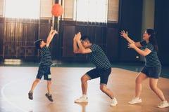 Asiatisk familj som spelar basket tillsammans Lycklig familjutgifter royaltyfria foton