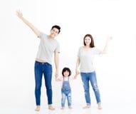 Asiatisk familj som står tillsammans isolerad på vit Arkivbilder