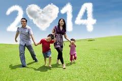 Asiatisk familj som tycker om dag för nytt år Arkivbild